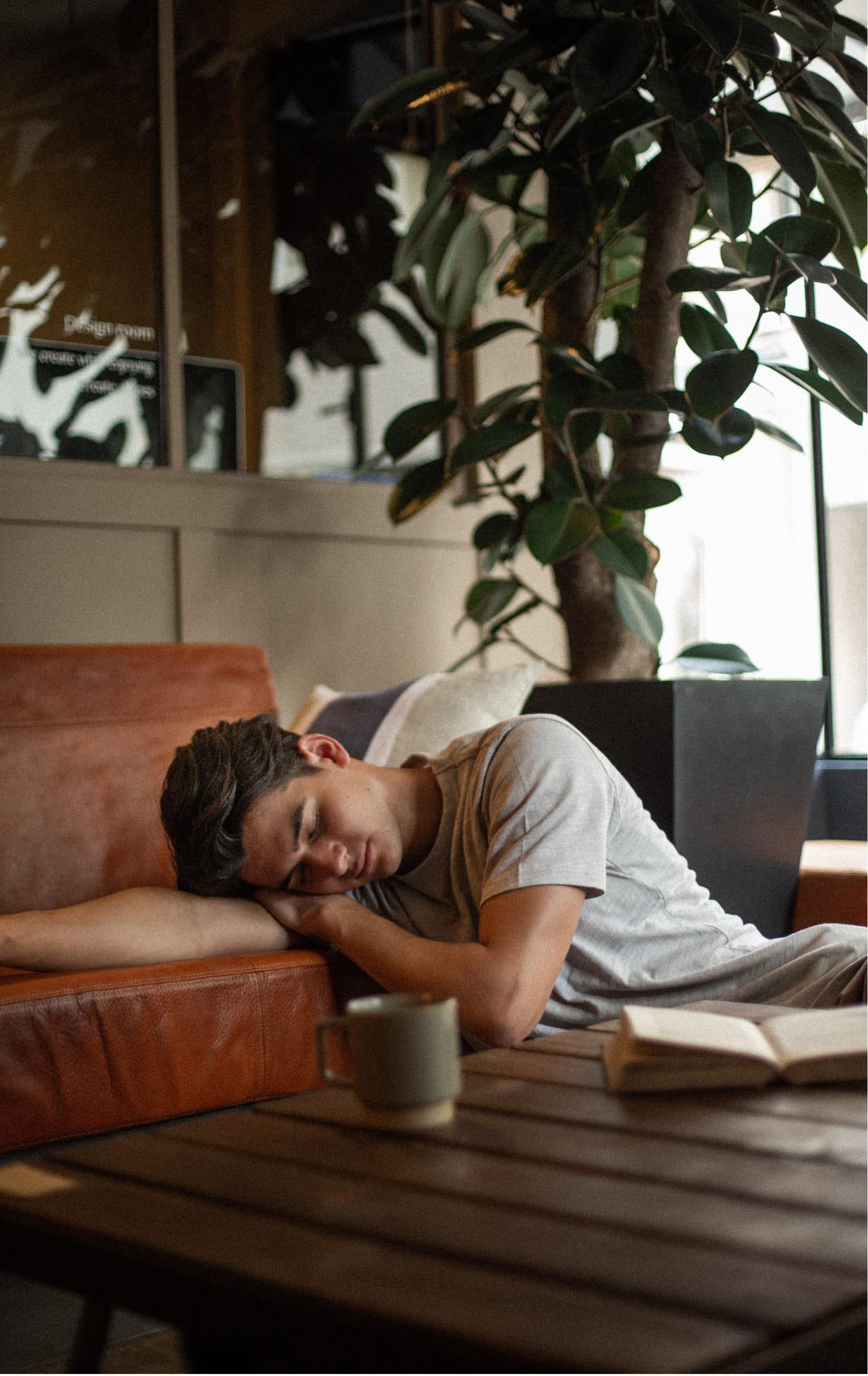写真:男性モデル(居眠り)